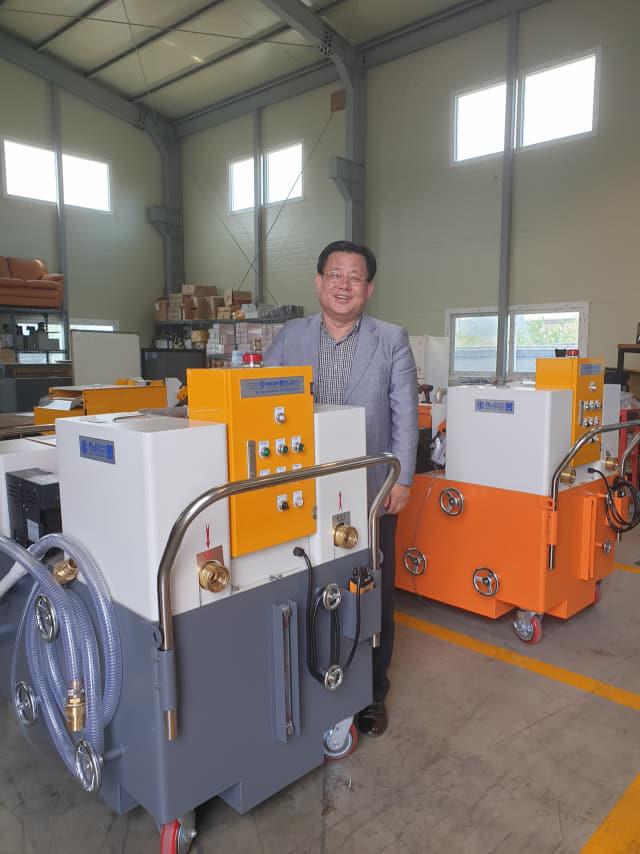 네오스㈜ 김윤상 대표가 창원 공장에서 자동차·전자 부품 가공 공장용 절삭유 탱크 이동형 청소기에 대해 설명하고 있다.