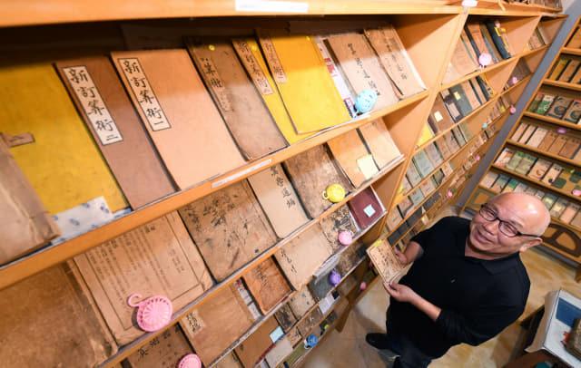 30여년간 국내 수학책을 수집해 온 김영구씨가 의령군 가례면 자신의 농장 내 직접 만든 수학교과서연구소에서 환한 미소를 짓고 있다./성승건 기자/