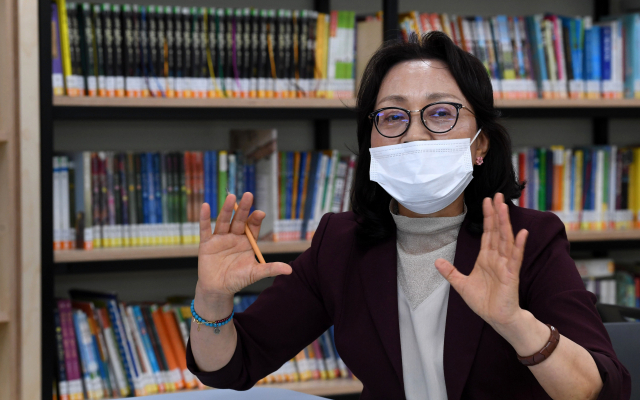 김해 관동초등학교에서 박영란 교사가 스승의 의미에 관해 얘기하고 있다./성승건 기자/