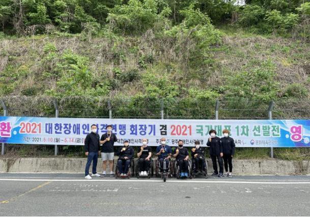 경남도장애인체육회 사격팀 선수들이 기념사진을 찍고 있다./경남도장애인체육회/