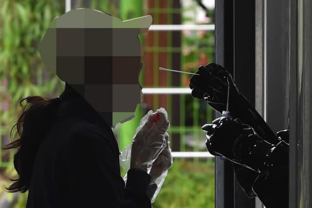 11일 오후 창원시 창원보건소 선별진료소에서 한 시민이 코로나19 검사를 받고 있다./김승권 기자/