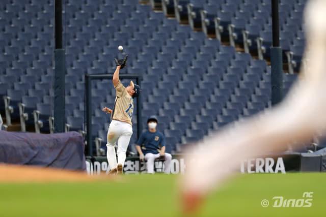 지난 15일 창원NC파크에서 열린 KIA 타이거즈와의 경기에 NC 다이노스 유격수로 선발 출전한 박준영이 뜬공을 잡기 위해 달려가고 있다. /NC 다이노스/
