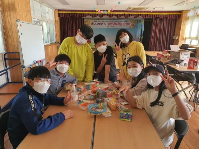 6학년생들이 어린이날 선물 꾸러미를 만들고 있다.