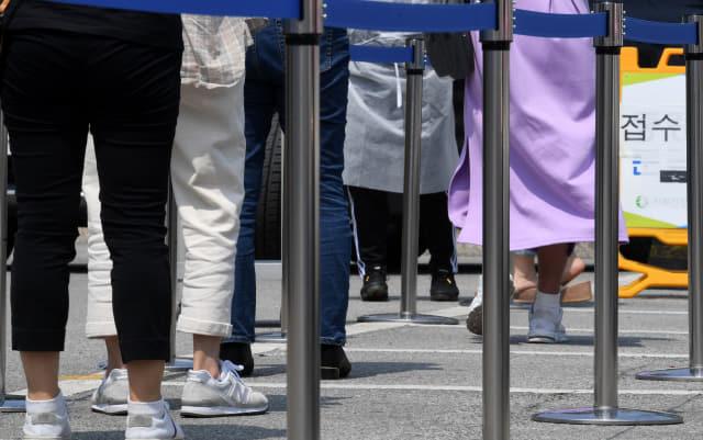 김해시보건소 선별진료소에서 내원객들이 코로나19 검사를 기다리고 있다./경남신문 자료사진/