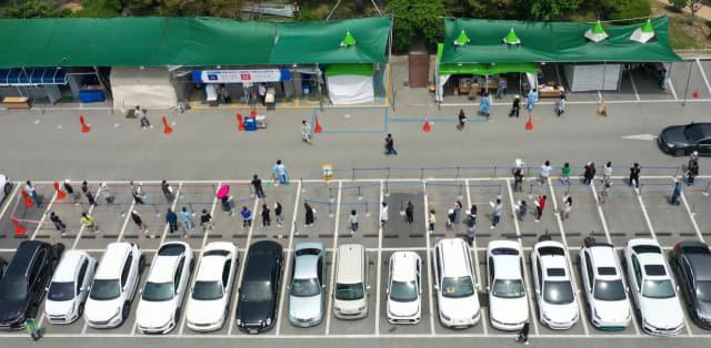 김해에서 유흥주점·노래연습장 관련 코로나19 확진자가 발생한 가운데 1일 김해시보건소에 시민들이 코로나19 검사를 받기위해 기다리고 있다./김승권 기자/