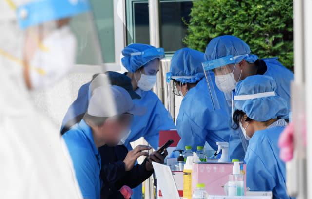 창녕군보건소 선별진료소에서 내원객들이 전수검사를 받고 있다./경남신문 자료사진/