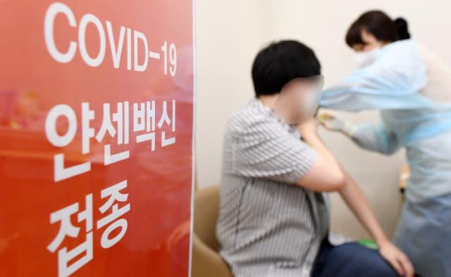 30세 이상 예비군·민방위 등을 대상으로 얀센 백신 접종이 시작된 10일 창원 희연병원에서 한 내원객이 백신을 맞고 있다./성승건 기자/