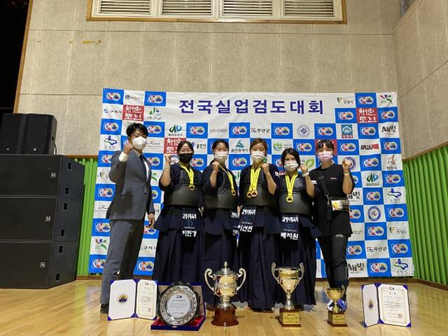여자단체전에서 우승을 차지한 김해시체육회 여자검도팀이 기념촬영을 하고 있다./경남검도회/