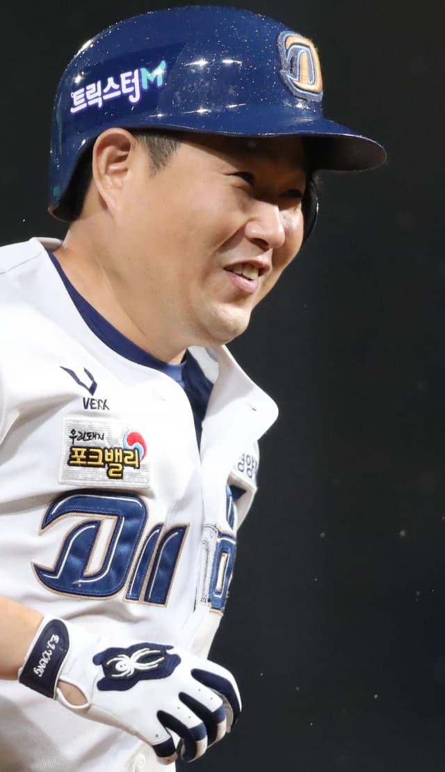 6회 말 1사 1, 2루 상황 NC 4번 양의지가 홈런을 치고 그라운드를 돌고 있다. 연합뉴스