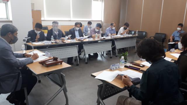 창원시공론화위원회가 24일 지개~남산 간 민자도로 통행료 논의를 하고 있다./창원시/