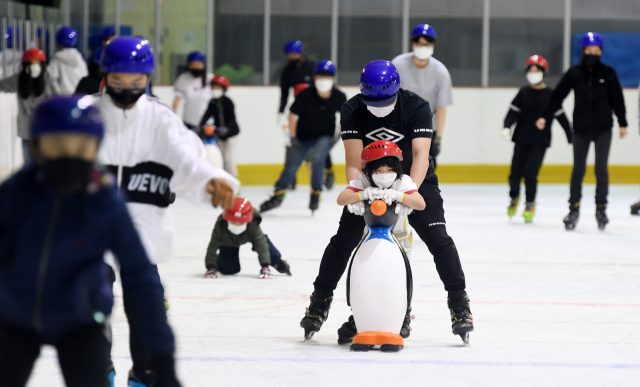 창원시 의창스포츠센터 빙상장을 찾은 시민들이 스케이트를 타며 더위를 식히고 있다./성승건 기자/