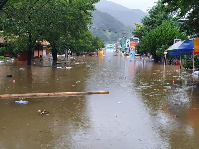 지난해 여름 섬진강댐 하류에서 발생한 홍수로 침수된 하동군 화개면 화개장터./하동군/