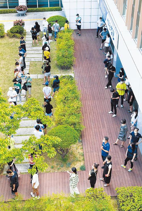 14일 창원시 창원보건소 선별진료소에서 시민들이 코로나19 검사를 받기 위해 차례를 기다리고 있다./김승권 기자/
