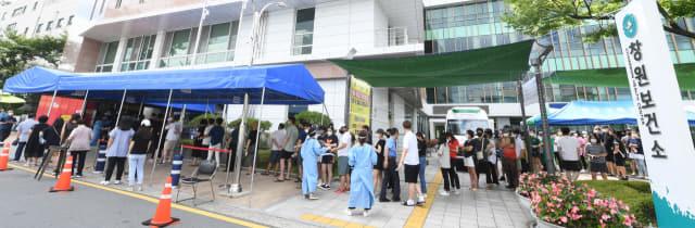 창원보건소 선별진료소에서 시민들이 코로나19 검사를 받기위해 차례를 기다리고 있다./김승권 기자/