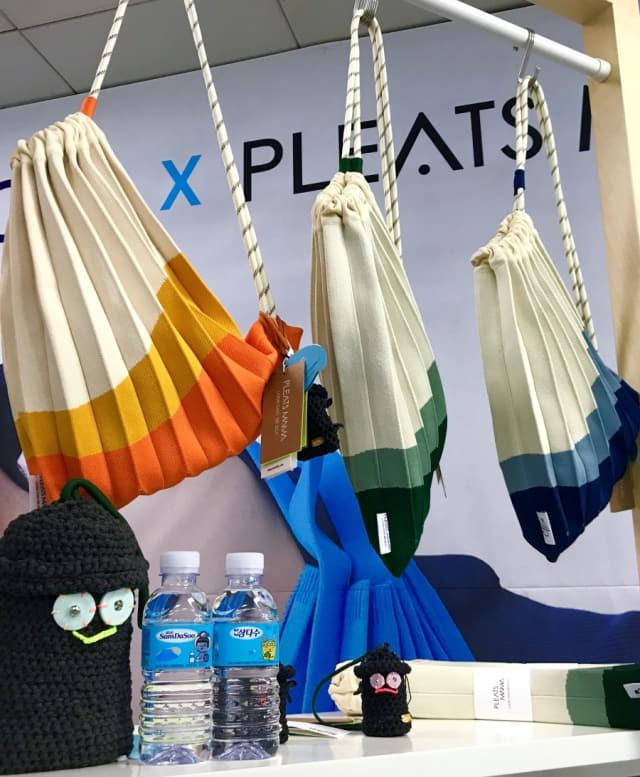 페트병에서 뽑아낸 원사로 만든 플라츠마마의 니트가방.