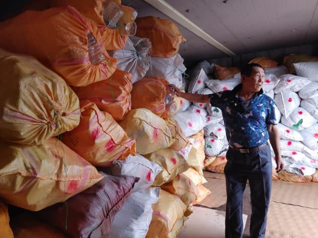 서귀포항에 정박하는 어선들이 수거해온 페트병.