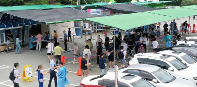 19일 오후 김해시보건소 선별진료소 일대가 코로나19 진단 검사를 받으려는 내원객들로 붐비고 있다./성승건 기자/