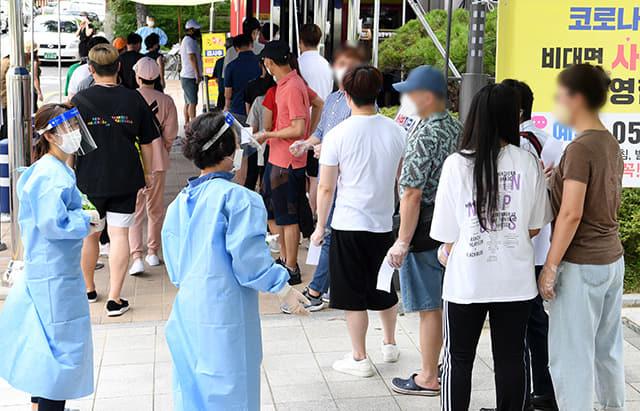 18일 창원시 창원보건소 선별진료소에서 시민들이 코로나19 검사를 받기위해 차례를 기다리고 있다./김승권 기자/