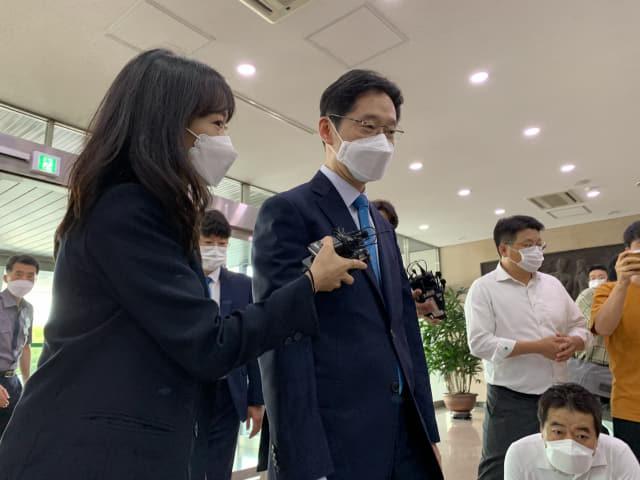 김경수 지사가 21일 오전 출근길에서 취재진의 질문을 받고 있다./도영진 기자/