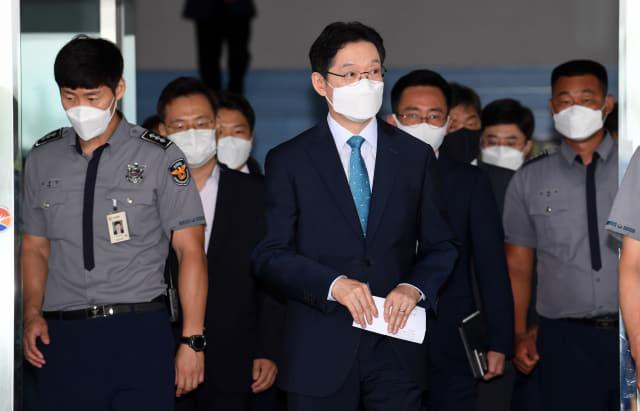댓글조작 공모로 대법원에서 유죄 판결을 받은 김경수 지사가 21일 오전 도청을 빠져나오고 있다./성승건 기자/