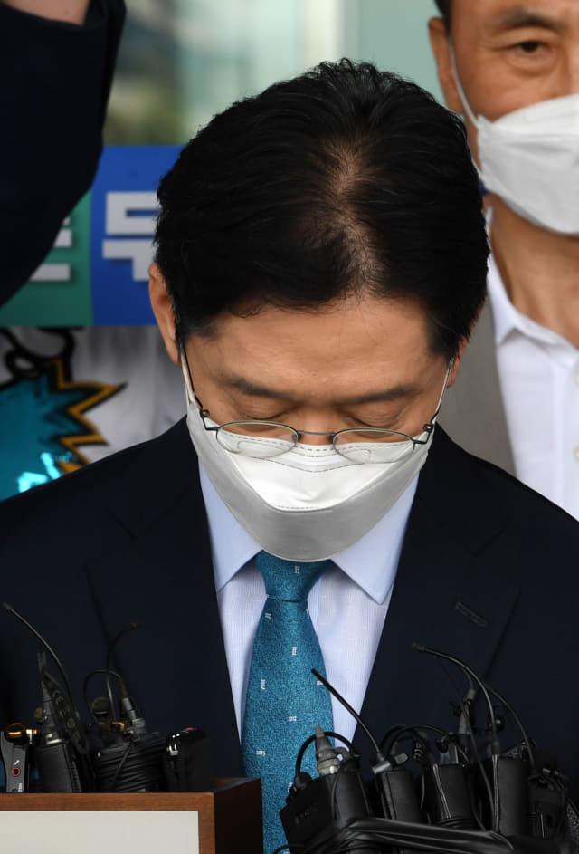 댓글조작 공모로 대법원에서 유죄 판결을 받은 김경수 지사가 21일 오전 고개를 숙인채 도청을 빠져나오고 있다./성승건 기자/