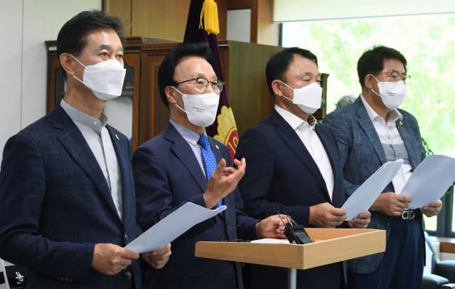 김하용(왼쪽 두 번째) 경남도의회 의장이 21일 오후 도지사 권한대행 체제에 따른 도의회 입장문을 발표하고 있다.