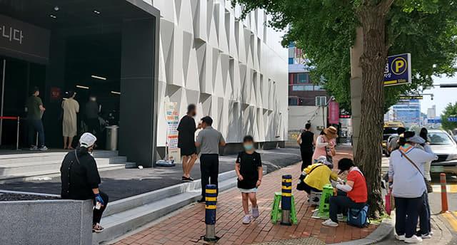 21일 창원시 마산회원구 양덕동 창원롯데캐슬센텀골드 모델하우스 앞에서 당첨자들을 기다리는 사람들.