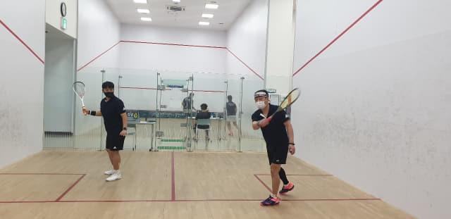 창원 한마음동호회 회원들이 성산스포츠센터에서 스쿼시 훈련을 하고 있다.