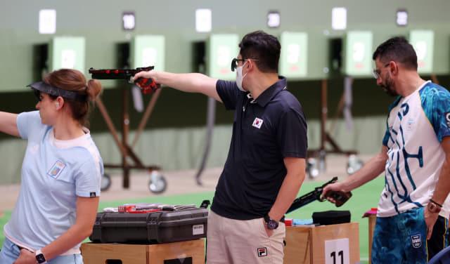 19일 오후 아사카 사격장에서 10m 공기권총에 출전하는 진종오가 훈련하고 있다./연합뉴스/