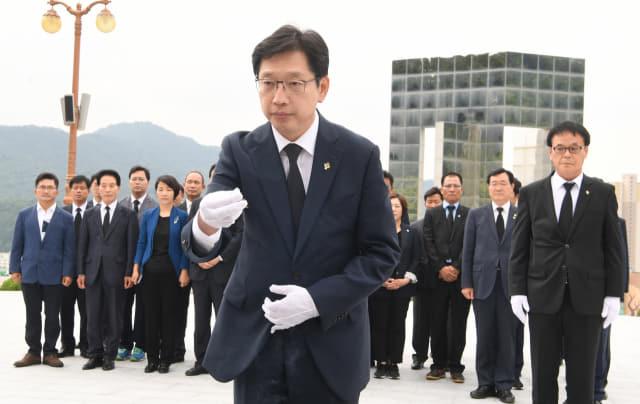 지난 2018년 6월 14일 김경수 경남도지사 당선인이 국립 3·15민주묘지를 찾아 참배하고 있다./경남신문 DB/