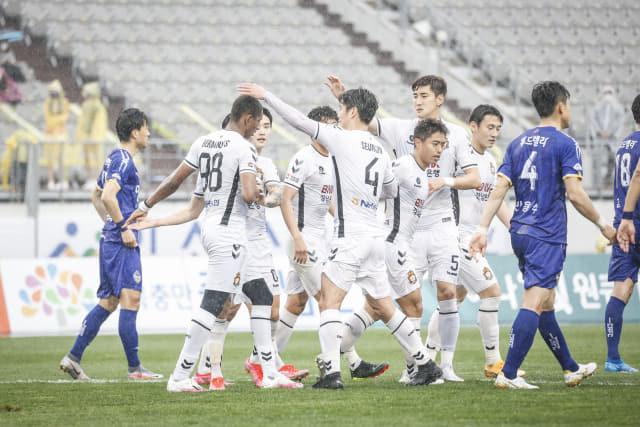경남FC 선수들이 지난 4월 3일 충남아산과의 경기에서 에르난데스의 득점을 축하해 주고 있다./경남FC/
