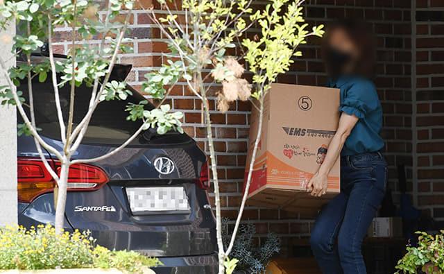 22일 오후 도지사 관사에서 전 도청 비서실 직원이 물품을 담은 박스를 차량으로 옮기고 있다./성승건 기자/