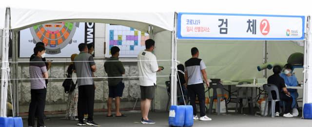 5일 오전 창원스포츠파크 만남의 광장에 마련된 코로나19 임시선별진료소를 찾은 시민들이 길게 줄을 서 있다./성승건 기자/