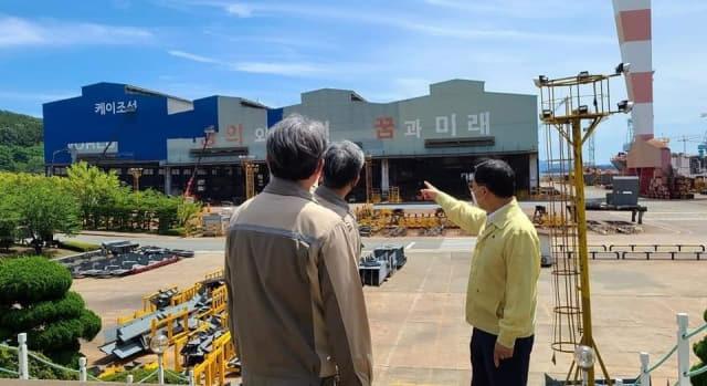 지난 20일 허성무 창원시장이 케이조선으로 사명을 변경하는 STX조선해양을 방문해 격려하고 있다./허성무 시장 페이스북/