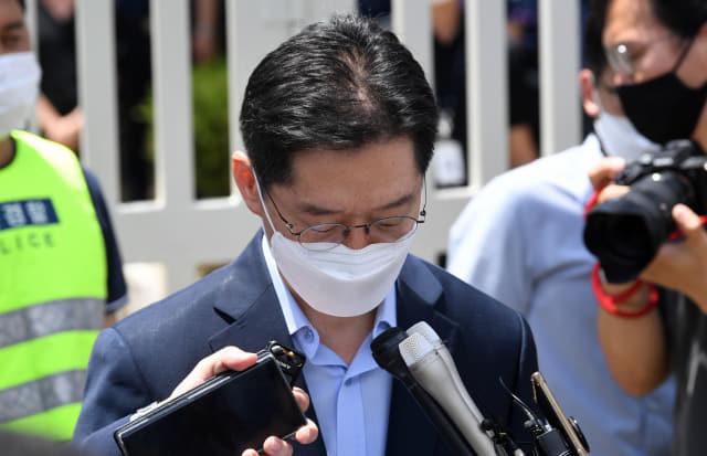 '드루킹 댓글 여론조작' 사건으로 징역 2년을 확정 받은 김경수 전 경남지사가 26일 오후 창원교도소 앞에서 발언 도중 잠시 생각에 빠져있다./성승건 기자/