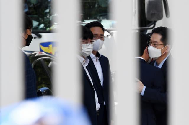 김경수(오른쪽)전 경남지사가 26일 오후 창원교도소에서 작별 인사를 하고 있다./성승건 기자/