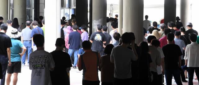 25일 오전 창원스포츠파크 만남의 광장에 마련된 코로나19 임시선별진료소를 찾은 시민들이 길게 줄을 서 있다./성승건 기자/