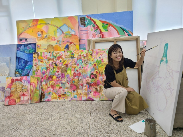 김경희 작가가 창원대 예술대학원 실기실에서 작품을 그리고 있다.