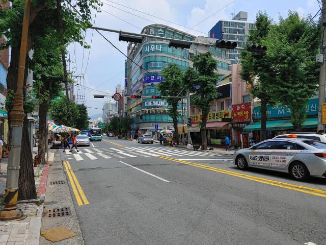 이병철의 정미소가 있었던 회원천 다리를 중심으로 한 도로변의 2021년 풍경./이래호/