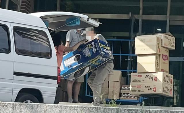 코로나19 확진자가 급증하고 있는 가운데 1일 창원의 한 생활치료센터 입구에서 관게자들이 냉풍기등 생활용품을 차에서 내리고 있다./김승권 기자/