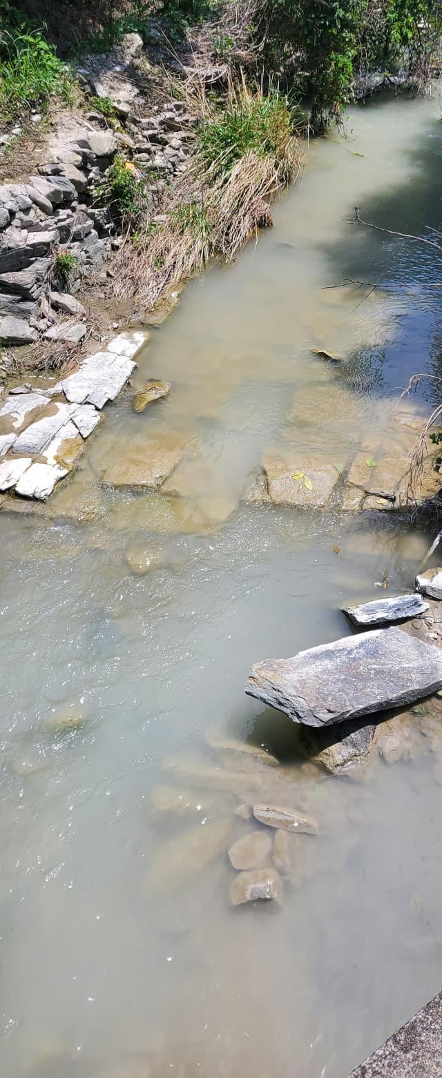 지난달 23일 수덕사 앞 계곡에 비산먼지 등으로 혼탁한 물이 흐르고 있다./수덕사/