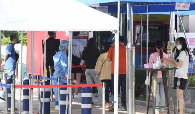 3일 오후 창원시보건소 선별진료소에 내원객들이 코로나19 진단검사를 받기 위해 줄을 서 있다./성승건 기자/