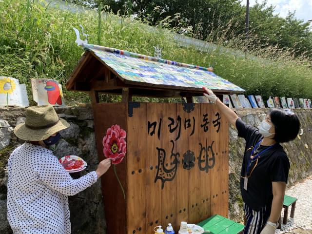밀양 진장문화예술플랫폼 미리미동국에서 작가들이 작업활동을 하고 있다./도영진 기자/