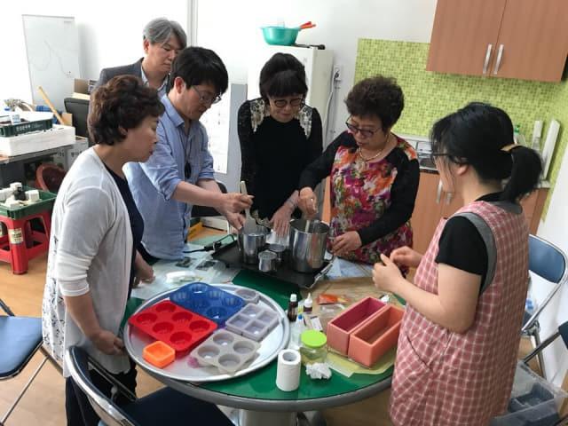 비봉새뜰마을 주민들이 천연제품 만들기를 하고 있다. /진주 비봉새뜰마을/