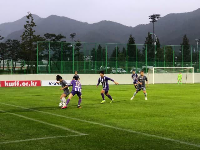 서울시청 선수가 공을 잡자 창녕WFC 선수들이 공을 빼앗으려 하고 있다./대한축구협회/