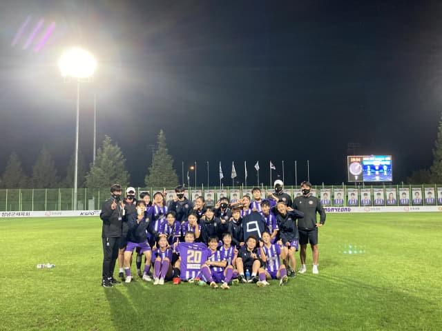 창녕WFC 선수들이 지난 6일 서울시청과 경기를 마친후 단체 기념촬영을 하고 있다./창녕WFC/