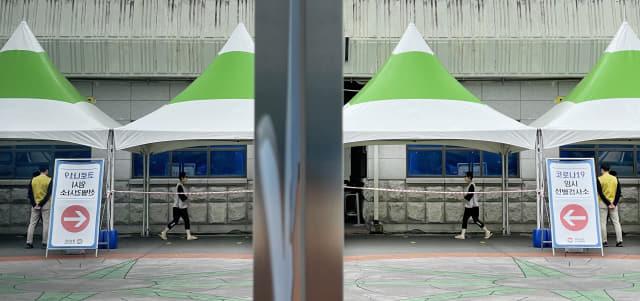 창원스포츠파크 만남의 광장에 마련된 임시선별검사소로 가고 있다./경남신문 자료사진/