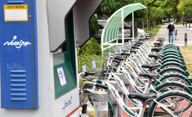 창원시 의창구 한 누비자 터미널에 서 있는 시민공영자전거 '누비자'./성승건 기자/