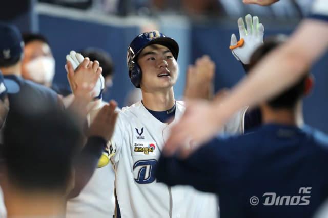 8회말 2사 주자 없는 상황 김주원이 홈런을 날린 뒤 동료들의 축하를 받고 있다./NC 다이노스/