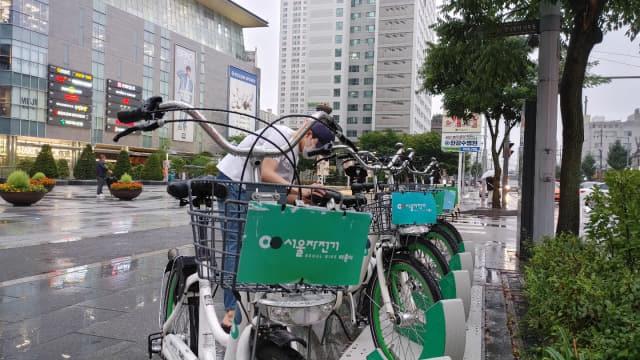 서울시 영등포구 한 '따릉이 터미널'에서 시민이 QR코드를 이용해 '따릉이'를 대여하고 있다.
